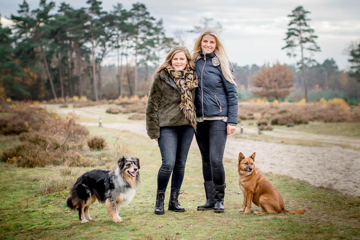 portret van twee honden met hun baas in Soestduinen
