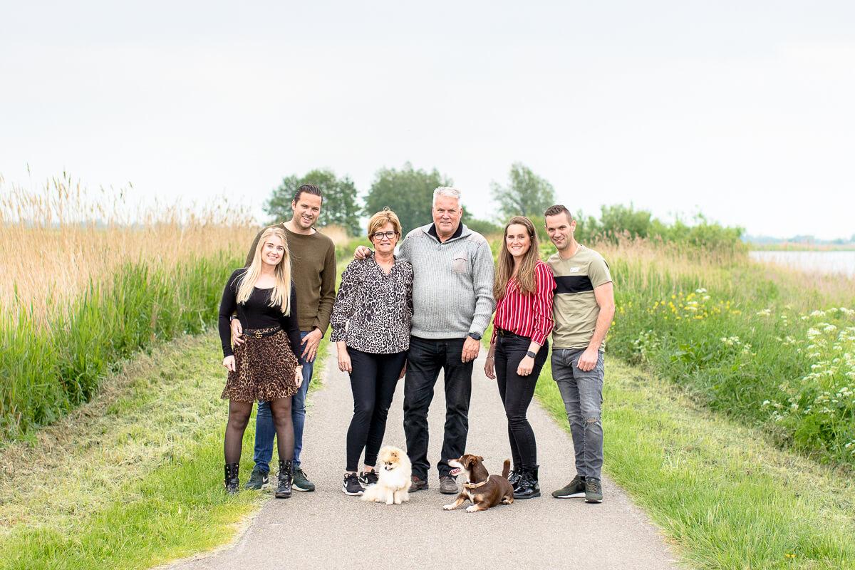 Familie portret van zes personen en twee honden in het Reeuwijkse Hout
