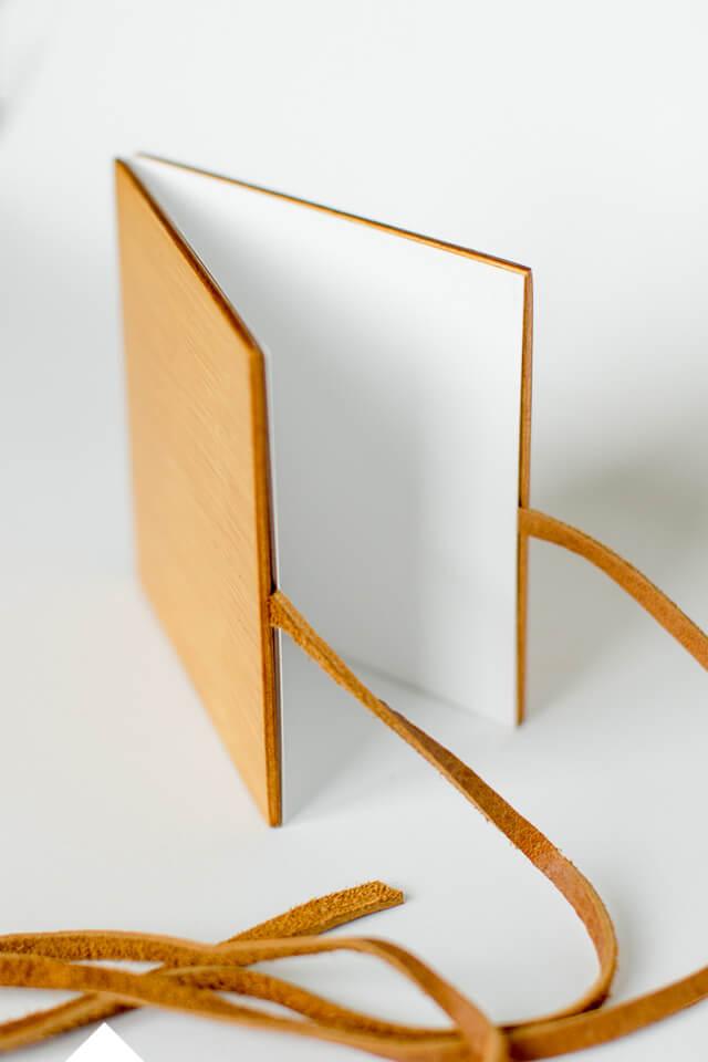 houten harmonica fotoboekje met leren touwtje