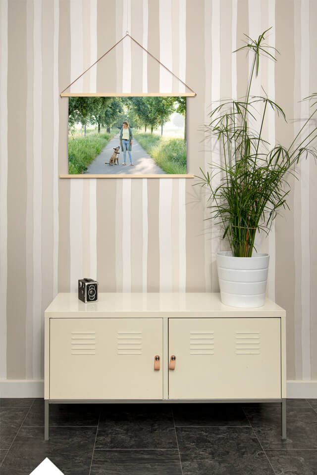 canvasdoek met foto van hond met houten poster hanger aan de muur in een mooi interieur