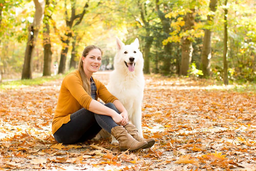 Portret van witte herdershond met bazin in het bos Heidestein in Zeist